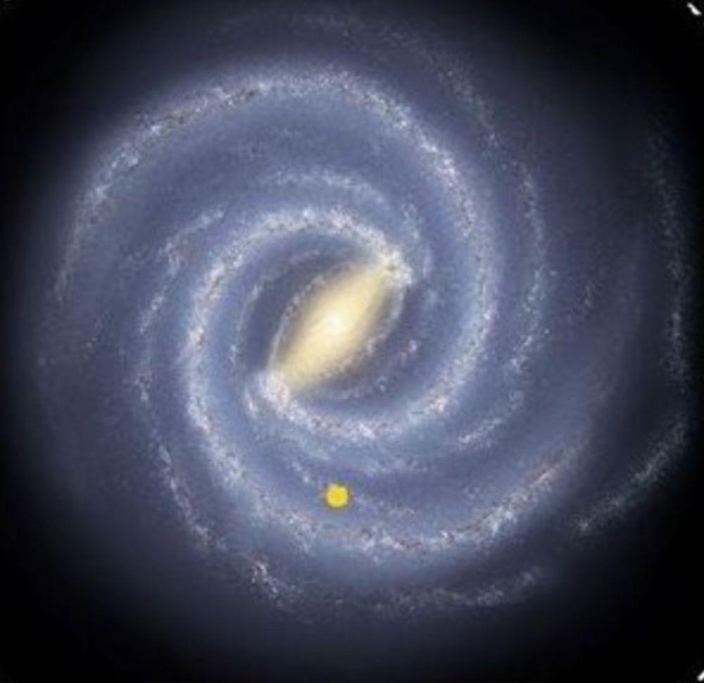Ilustración de cómo sería nuestra Galaxia vista desde fuera. El punto amarillo indica la posición aproximada de nuestro Sol. Los brazos espirales son regiones brillantes, con una mayor densidad de estrellas y forma de espiral. Crédito de la imagen original: archivo de la NASA.