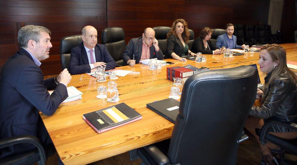 El presidente de Canarias, Fernando Clavijo (i), conversa con la consejera de Hacienda, Rosa Dávila, antes de comenzar la reunión semanal del Consejo de Gobierno.