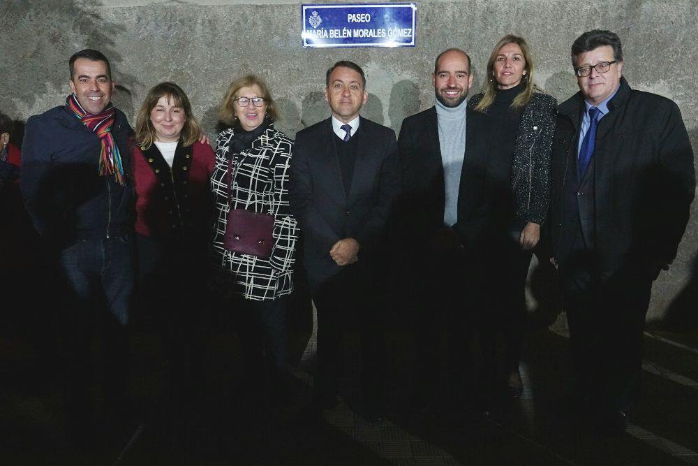 Familiares de María Belén Morales con el alcalde (c) y el concejal de Cultura, José Carlos Acha (d), en el acto.
