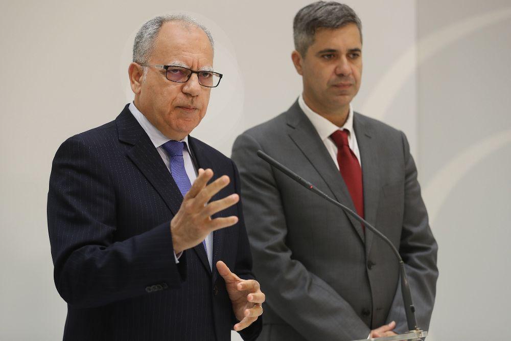 Casimiro Curbelo (i), durante su intervención al finalizar el discurso del presidente de Canarias, Fernando Clavijo, en el debate general sobre el estado de la nacionalidad canaria.