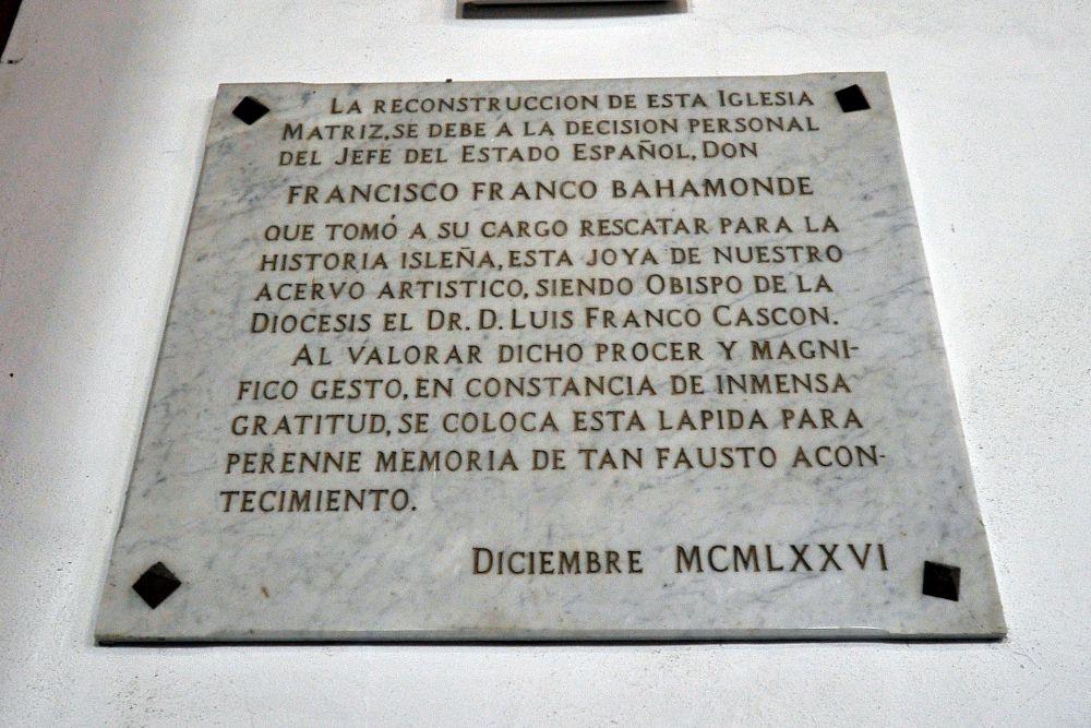 La placa de tributo a Franco continúa en La Concepción