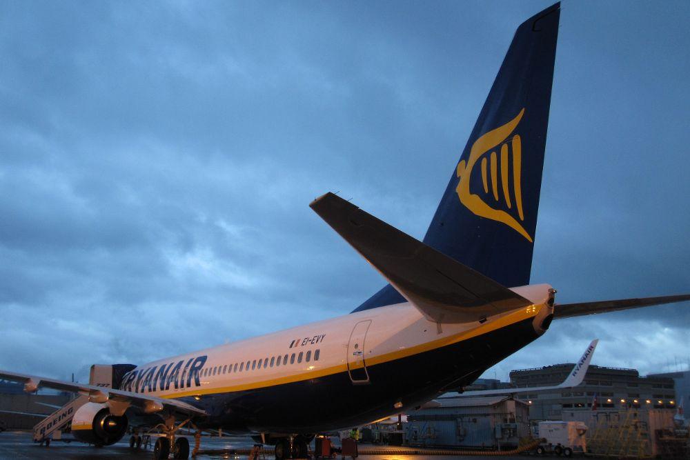 Ryanair estudia cerrar bases de Canarias