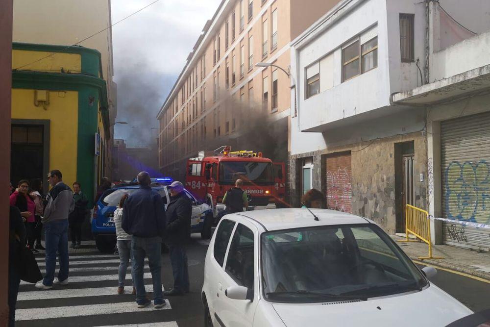 Evacuados 114 pisos por el incendio en un garaje del centro de La Laguna
