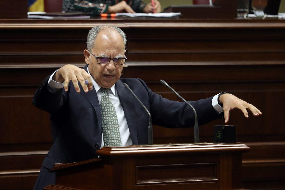El portavoz del Grupo Mixto, Casimiro Curbelo, durante una de sus intervenciones en la tercera jornada del debate general el estado de la nacionalidad canaria.