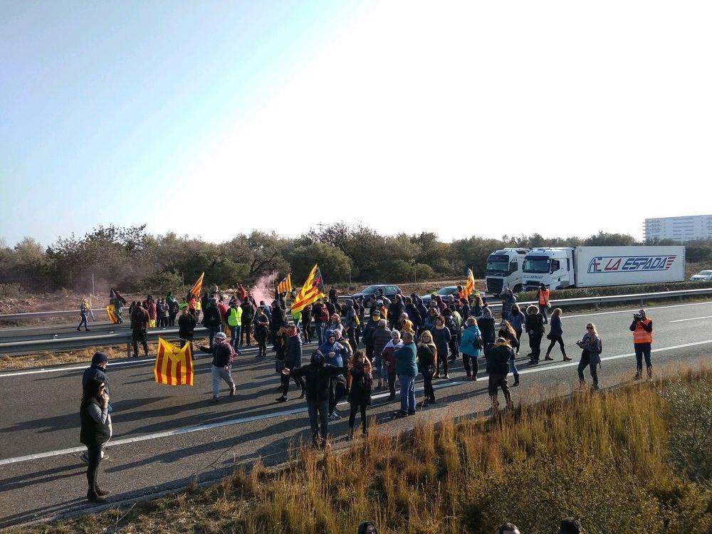 Los CDR cortan la AP-7 en L'Ampolla (Tarragona) por la huelga general.