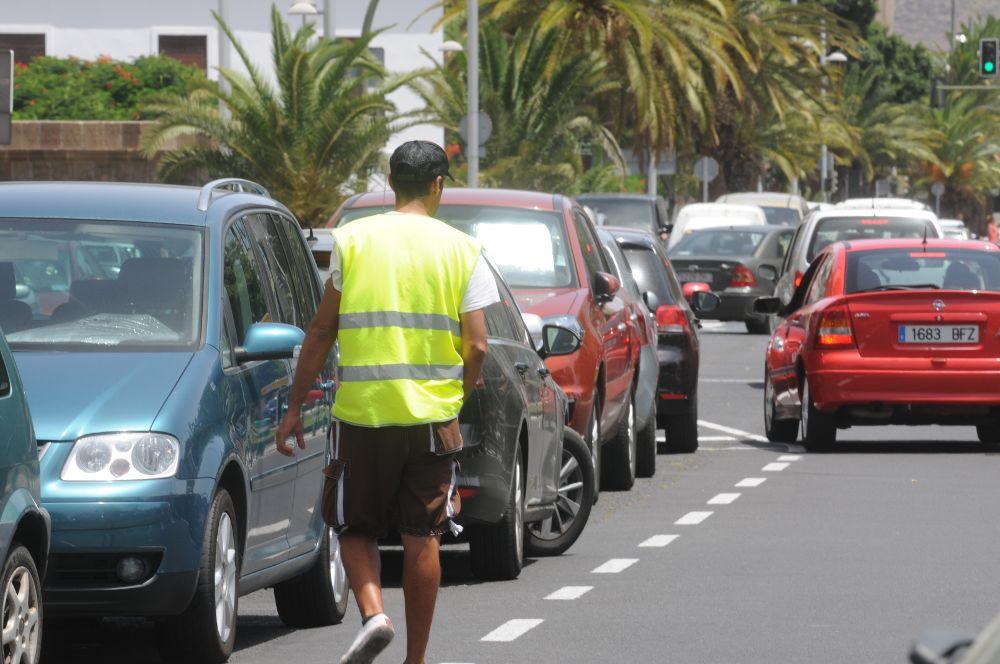 La capital prohíbe la mendicidad en la vía pública y los 'gorrillas'