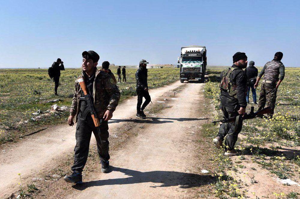 Decenas de camionetas con personas salen del último enclave del EI en Siria