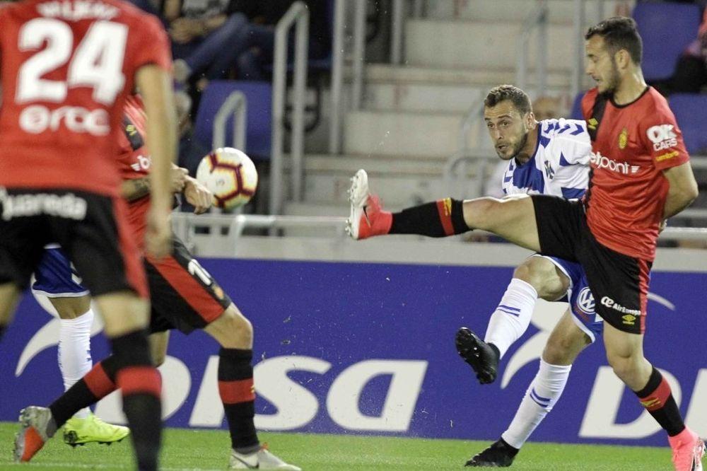 Malbasic (c) remata ante la oposicion de los jugadores del Mallorca.
