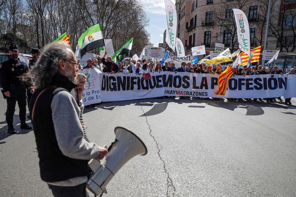Médicos de toda España protagonizan una marcha hasta el Congreso tras protestar ante el Ministerio de Sanidad.
