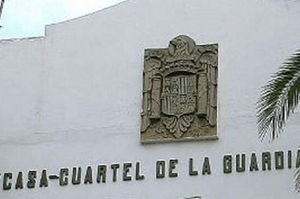 Retiran el escudo franquista de la casa cuartel de la Guardia Civil
