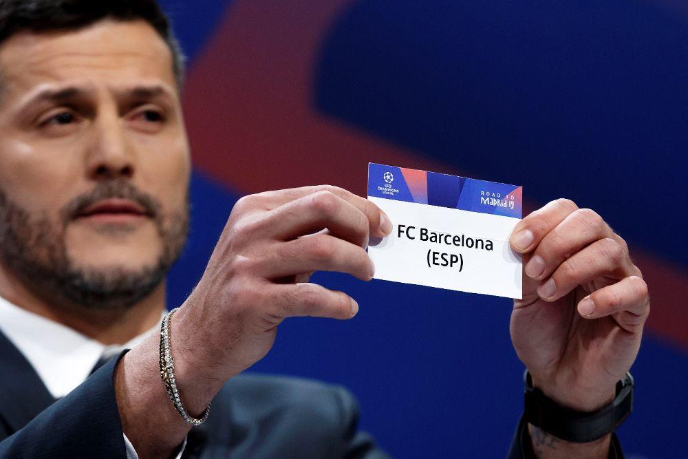 El exfutbolista brasileño Julio César muestra la papeleta del FC Barcelona durante el sorteo de cuartos de final de la Liga de Campeones.