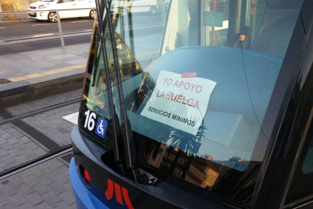 Los trabajadores del tranvía mantienen la huelga con paros parciales de hasta dos horas