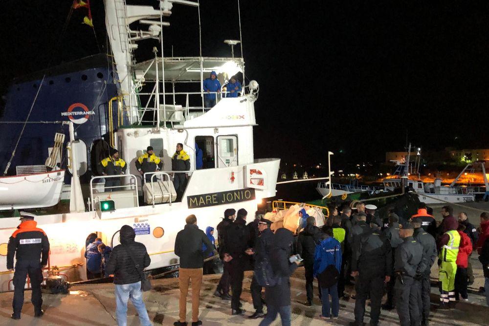 El barco ''Mare Jonio'' permanece atracado en el puerto de Lampedusa, este martes en Italia.