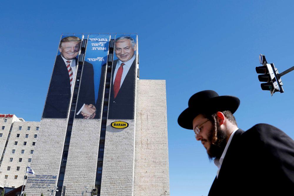Carteles con la imagen del presidente estadounidense, Donald Trump (i), y el primer ministro israelí, Benjamín Netanyahu (d), en Jerusalén,