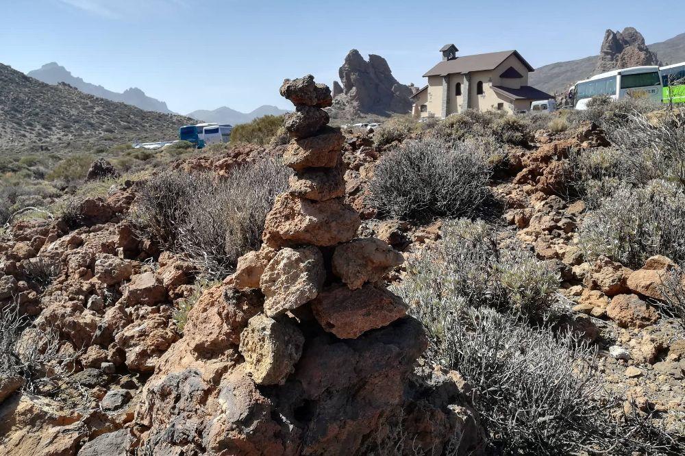Fotografía cedida Fundación Telesforo Bravo en la que se observa un acumulamiento de piedras en el Parque Nacional del Teide, como muestra de los actos vandálicos y de alteración y destrucción del medio natural.