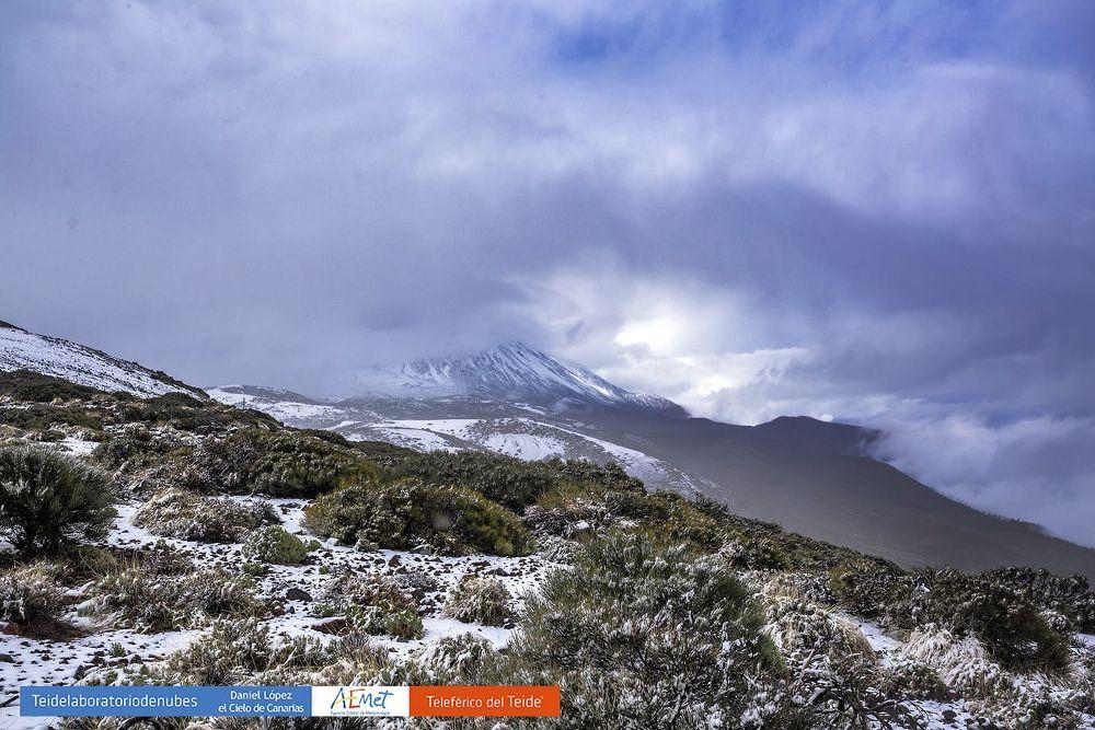 Vista del Teide, hoy, tapado por las nubes. En primer término, restos de la nieve caída esta mañana.