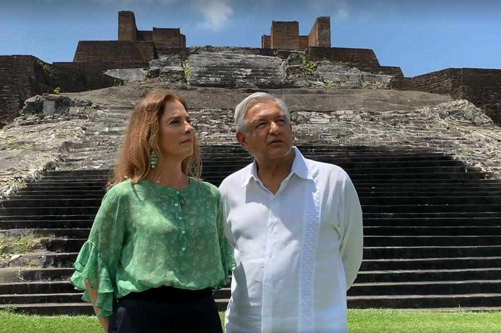 Fotograma de un video cedido por la Presidencia de México que muestra a López Obrador y a su esposa en la zona arqueológica de Comalcalco, en el estado de Tabasco (México).