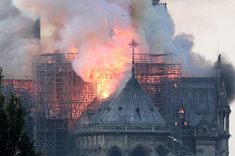 Vista de un incendio en la catedral de Notre Dame este lunes en París, Francia.